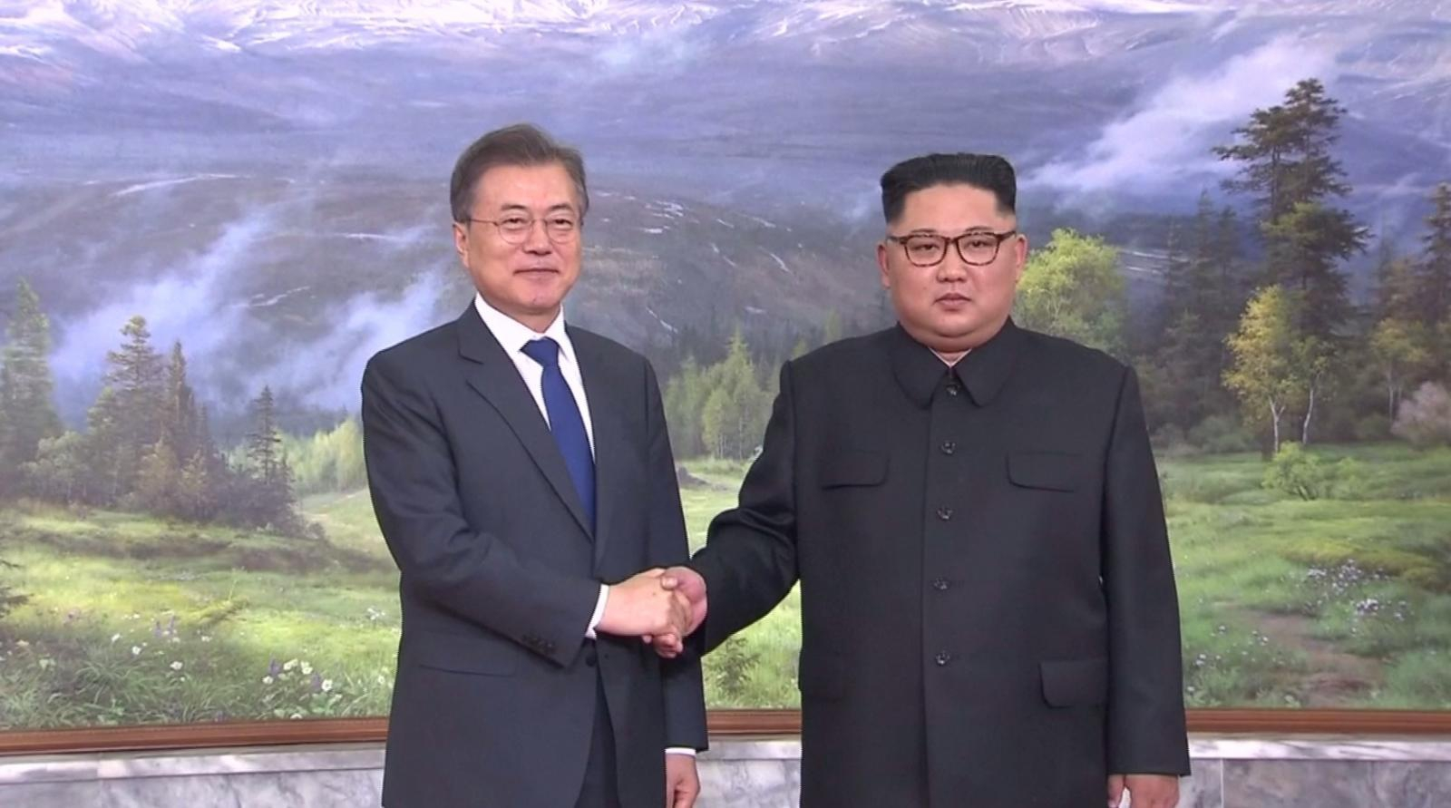 """ผู้นำสองเกาหลีพบกันอีกครั้ง ลุ้นฟื้นแผน """"ทรัมป์"""" พบ """"คิม"""""""
