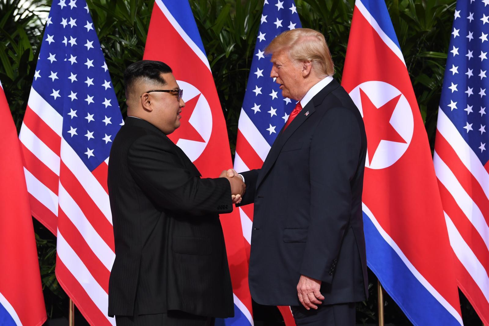 """""""คิม จองอึน"""" จับมือ """"ทรัมป์""""ก่อนประชุมครั้งประวัติศาสตร์"""
