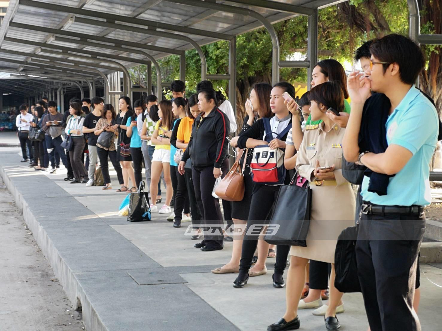 ผู้โดยสารบ่นอุบ! ห้ามรถตู้โดยสารหมดอายุวิ่งวันแรก ต้องรอรถนานกว่าปกติ