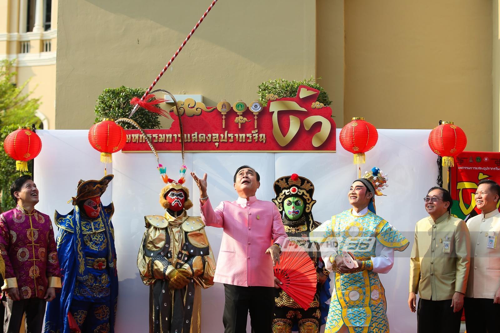 นายกฯ สวมบทเทพเจ้านาจา โยนทวนขึ้นแล้วรับ ตรุษจีน 2562