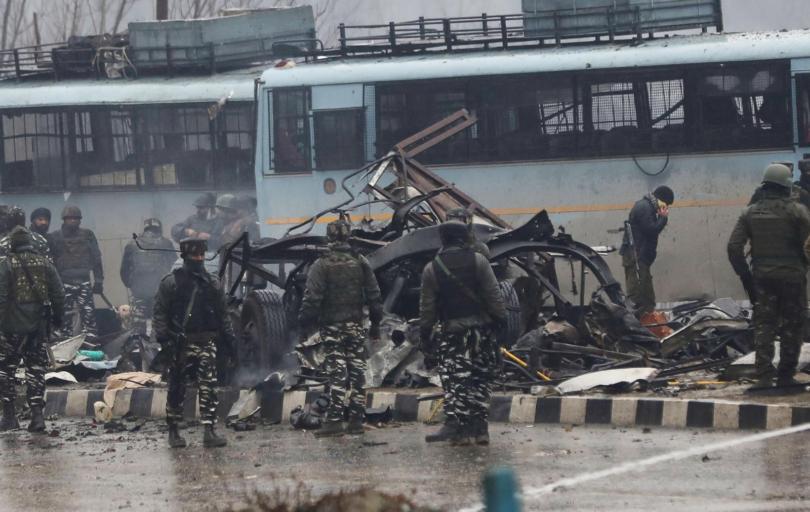 คารบอมบ์ถล่มขบวนรถทหารอินเดียในแคชเมียร์
