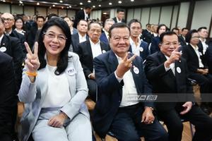 """""""สุดารัตน์"""" เช็คชื่ออดีต ส.ส.เพื่อไทย ปลุกใจสู้ศึกเลือกตั้ง 62"""