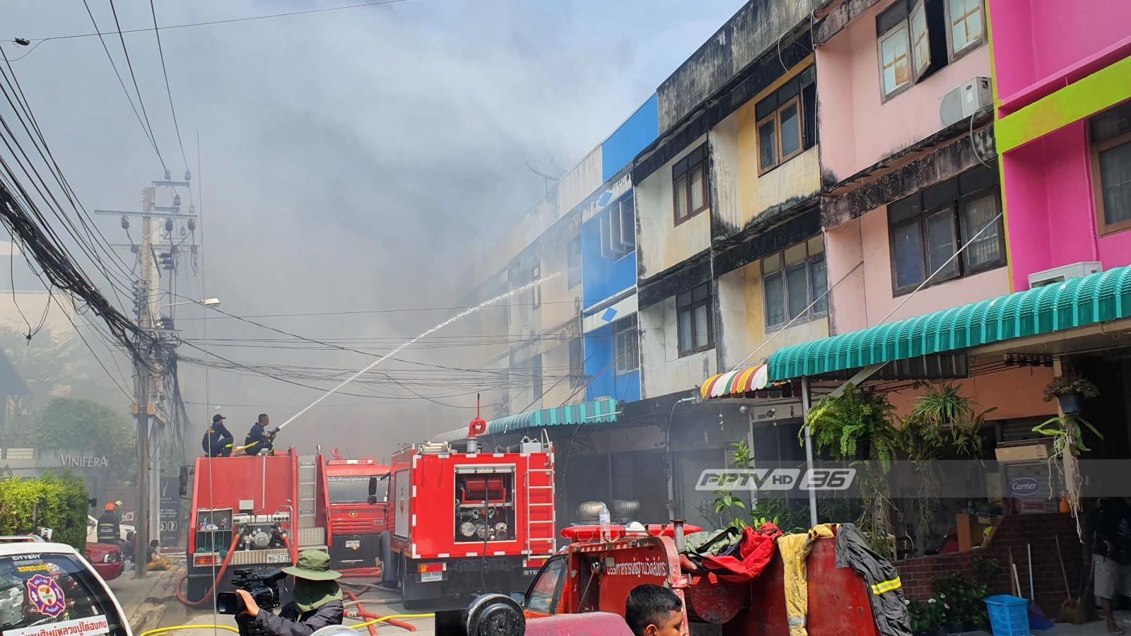 ไฟไหม้โรงงานผลิตอุปกรณ์ทำความสะอาดย่านโชคชัย 4  เจ้าหน้าที่เร่งควบคุมเพลิง