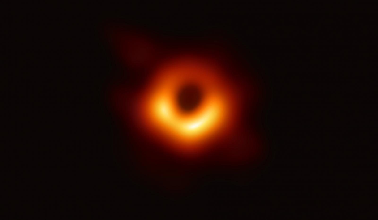 """นักวิทย์เปิดภาพถ่ายจริง """"หลุมดำ"""" ครั้งแรก"""