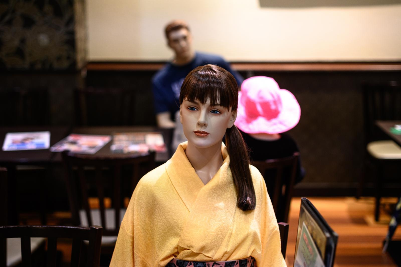 """ร้านอาหารในญี่ปุ่นตั้ง """"หุ่น"""" นั่งเป็นเพื่อนลูกค้า สร้างระยะห่างช่วงโควิด-19"""