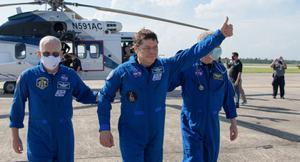"""""""นาซา-สเปซเอ็กซ์"""" นำ 2 นักบินอวกาศกลับโลก"""