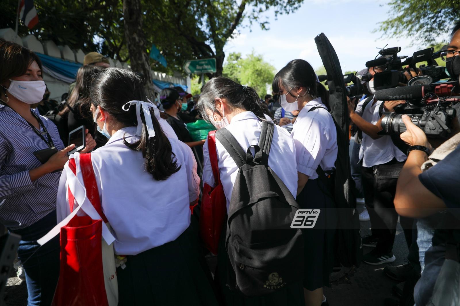 นักเรียนมัธยม ชุมนุมหน้าศธ. ขอพื้นที่แสดงออกการเมือง เป่านกหวีดไล่รมต.ศึกษาฯ