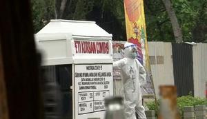 อินโดฯ ตั้งโลงศพกลางสี่แยก เตือนการ์ดอย่าตกช่วง โควิด-19