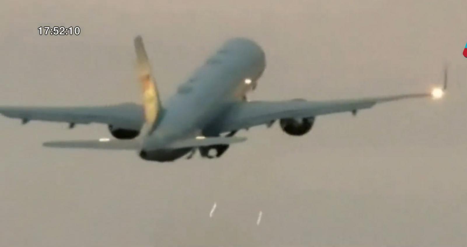 เครื่องบินรองปธน.สหรัฐฯ ลงจอดฉุกเฉินหลังชนนก