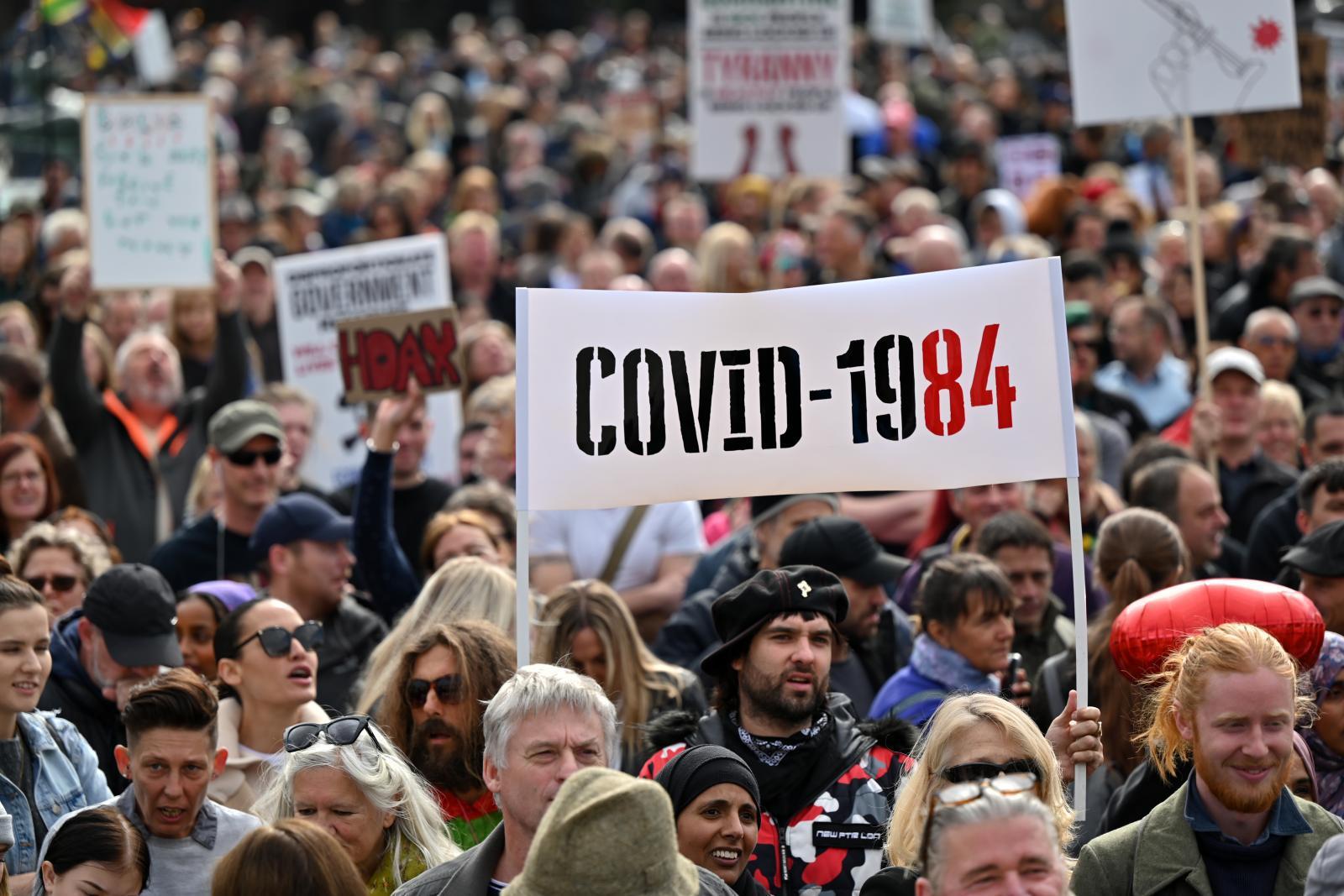"""ชาวอังกฤษหลายพันคนรวมตัว """"ประท้วงมาตรการป้องกันโควิด-19"""""""