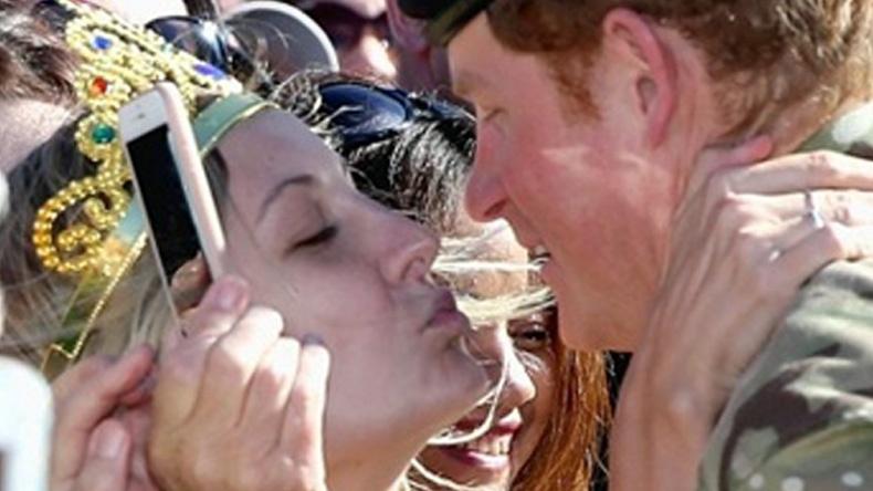 """สาวออสซี่คลั่ง """"เจ้าชายแฮรี่"""" ถือป้ายขอแต่งงานก่อนขโมยจูบ (คลิป)"""