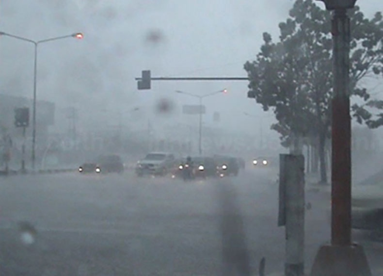 เกิดอุบัติเหตุหลายจุดหลังฝนตกหนัก รถชนติด  8  คันรวด