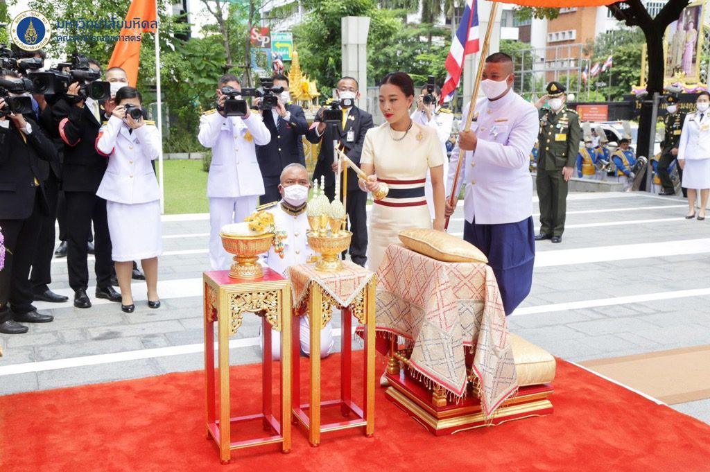'สมเด็จพระเจ้าลูกเธอ เจ้าฟ้าพัชรกิติยาภาฯ' ทรงฉลองพระองค์ประดับแถบธงชาติ คล้ายพระพันปีหลวง ในปี 2505
