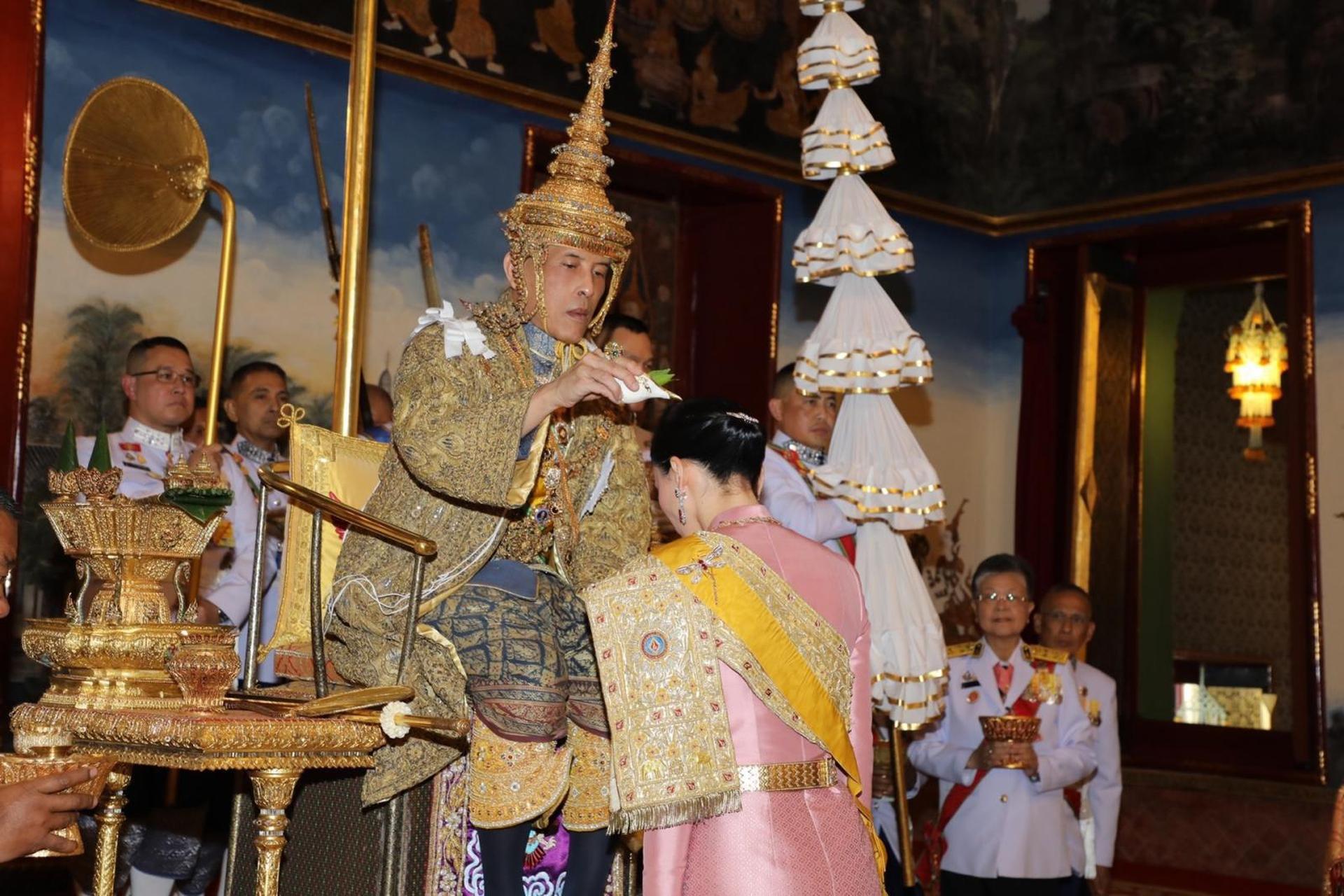 พระบาทสมเด็จพระเจ้าอยู่หัวทรงประกอบพิธีบรมราชาภิเษกและสถาปนาสมเด็จพระนางเจ้าฯพระบรมราชินี (ภาพจากสำนักพระราชวัง)