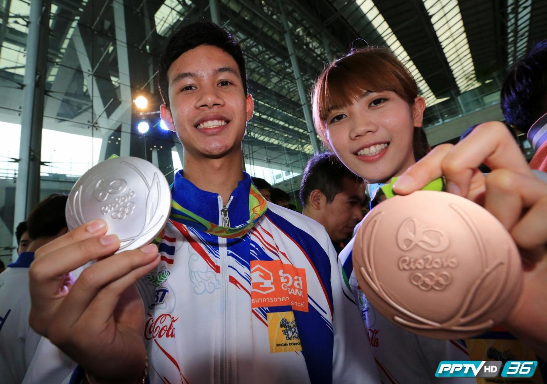 """นักกีฬาเทควันโด ฮีโร่เหรียญเงิน """"เจ้าเทม"""" และฮีโร่เหรียญทองแดง """"เทนนิส"""" กีฬาโอลิมปิก พร้อมทีมงานเดินทางกลับถึงประเทศไทย"""
