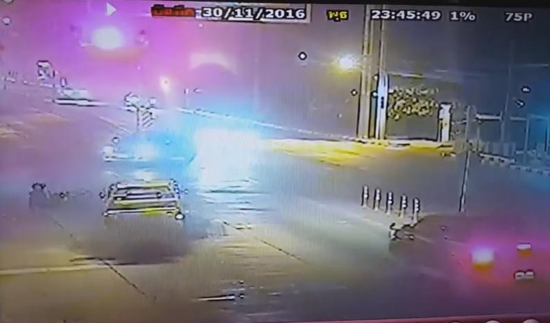 ชนแล้วหนี! ภรรยาร้องสามีถูกชนขณะจอดรถติดไฟแดงแยกร่มเกล้า (คลิป)