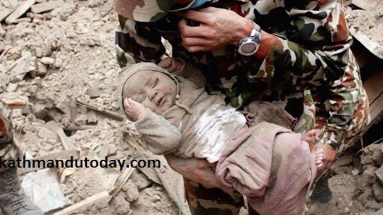 ทารก 4 เดือนรอดชีวิตหลังติดใต้ซากแผ่นดินไหวเนปาล 22 ชม.