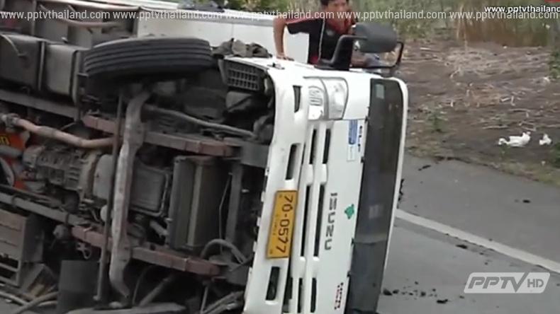 เร่งซ่อมถนนเลียบคลอง 13 ทรุด หลังทำรถพลิกคว่ำ