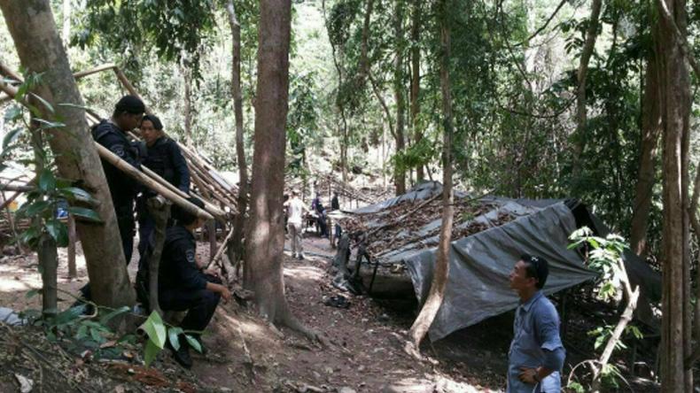 พบศพชาวโรฮิงญากว่า 30 ศพ ถูกฝังกลางป่าสงขลา