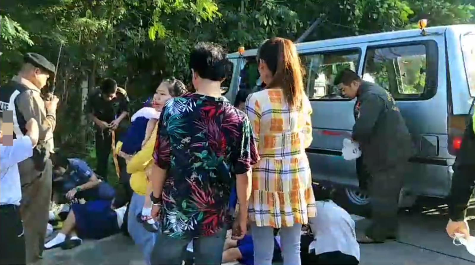 รถตู้ยางระเบิดเสียหลักพุ่งชนเสาไฟ นักเรียนเจ็บอื้อ!