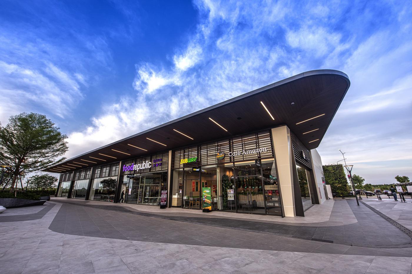 สยามพรีเมี่ยมเอาท์เล็ต กรุงเทพ พรีเมี่ยมเอาท์เล็ต แห่งแรกในไทย ลุยเปิดลักซ์ชัวรี่ช็อปเอาใจนักช้อป กว่าอีก 30 ร้านค้าภายในปลายปีนี้ พร้อมด้วยโปรโมชั่นสุดพิเศษ มอบส่วนลดสูงสุด 90% ทุกวัน