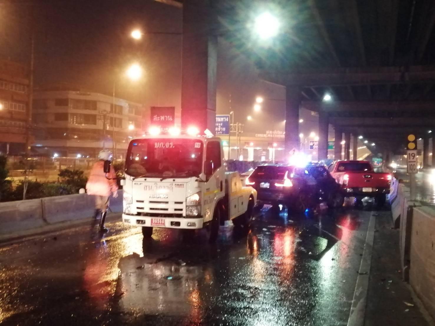 ขับฝ่าฝนชนระนาว 20 คัน บน ถ.วิภาวดี - สะพานใหม่เสยกันยับ 5 คัน ดับ 1