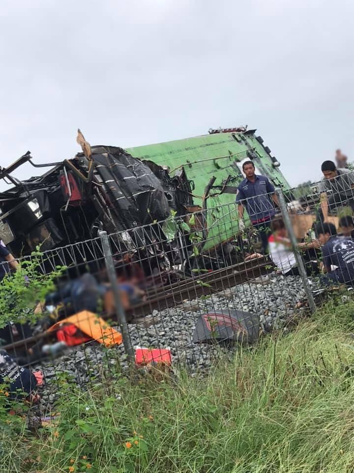 รถไฟชนรถบัสคณะกฐิน  พบผู้เสียชีวิตจำนวนมาก