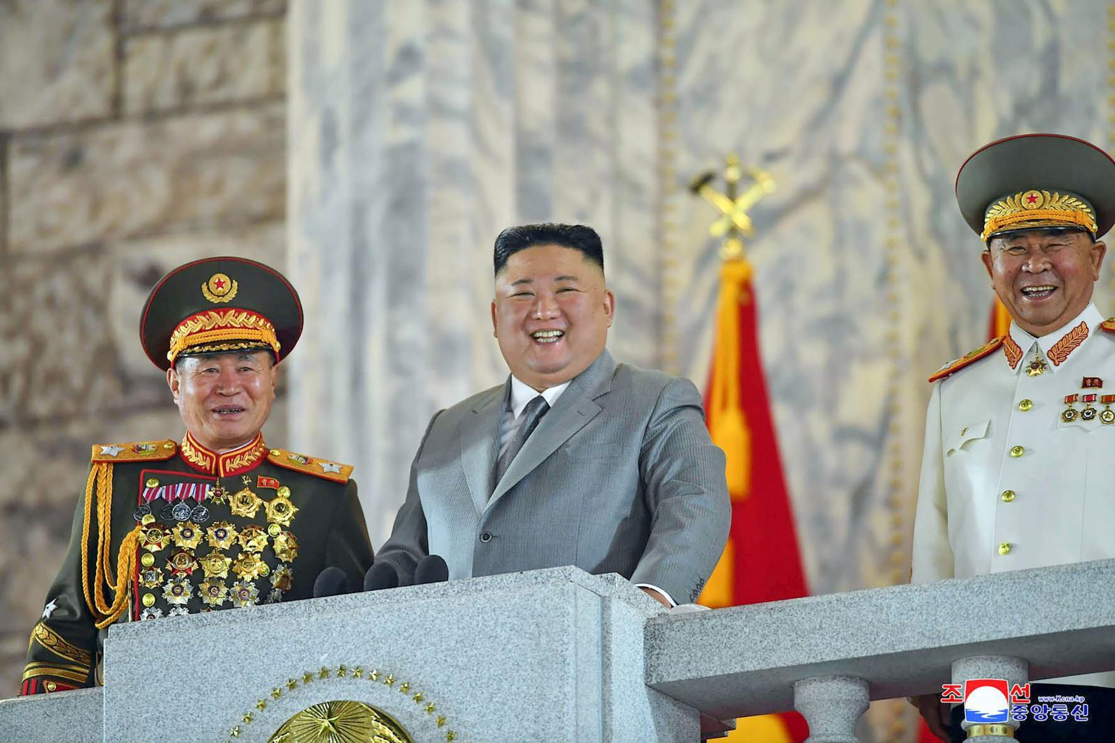 """เกาหลีเหนือ เปิดตัว """"ขีปนาวุธรุ่นใหม่"""" ในพิธีสวนสนาม"""
