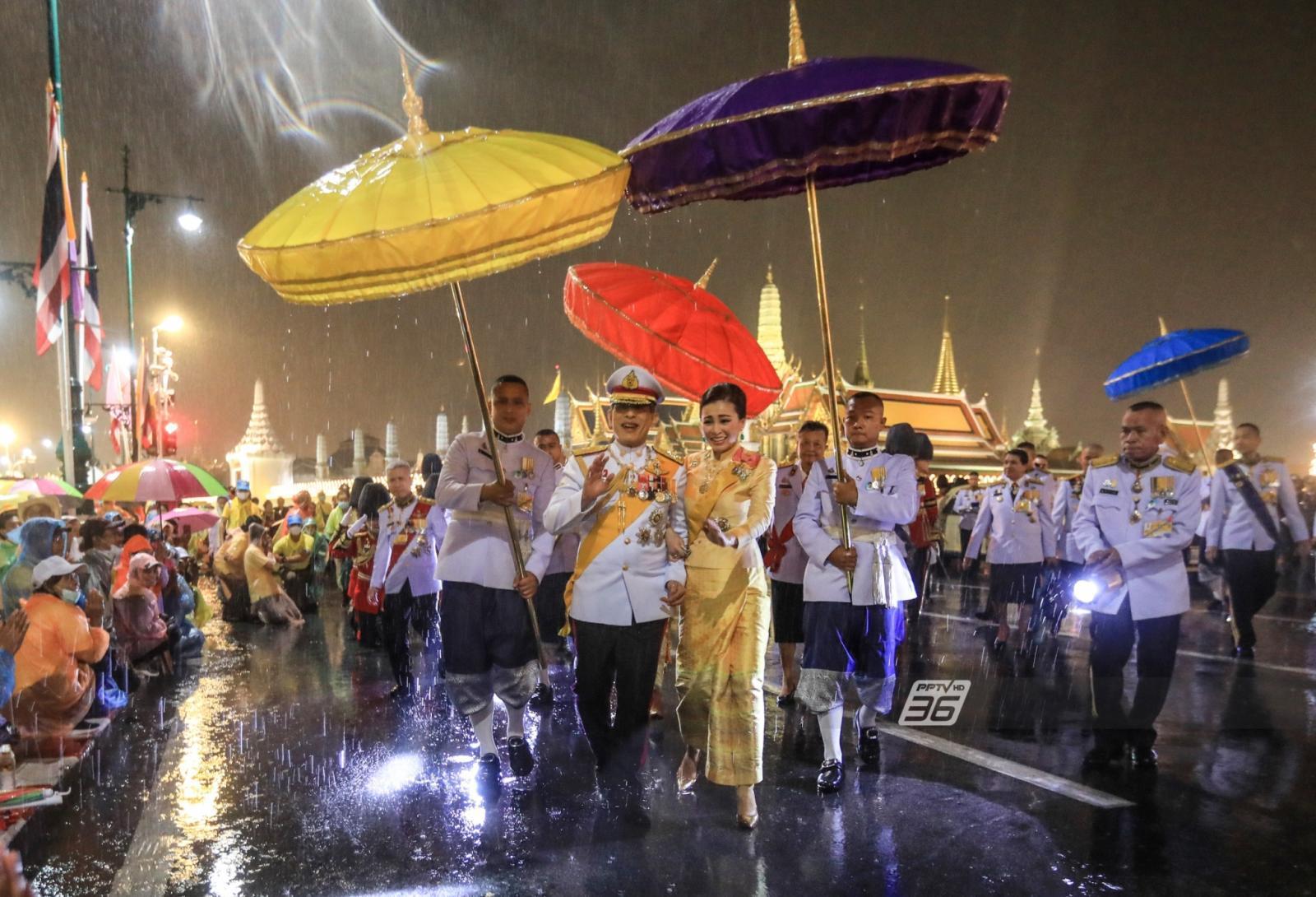 ทรงพระเจริญดังก้อง 'ในหลวง - พระราชินี' ทรงพระดำเนินท่ามกลางสายฝน ทักทายพสกนิกร เฝ้ารับเสด็จฯ