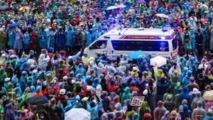 ผู้ชุมนุมอนุสาวรีย์ชัยฯ พร้อมใจแหวกทางให้รถพยาบาลรับ-ส่งผู้ป่วย
