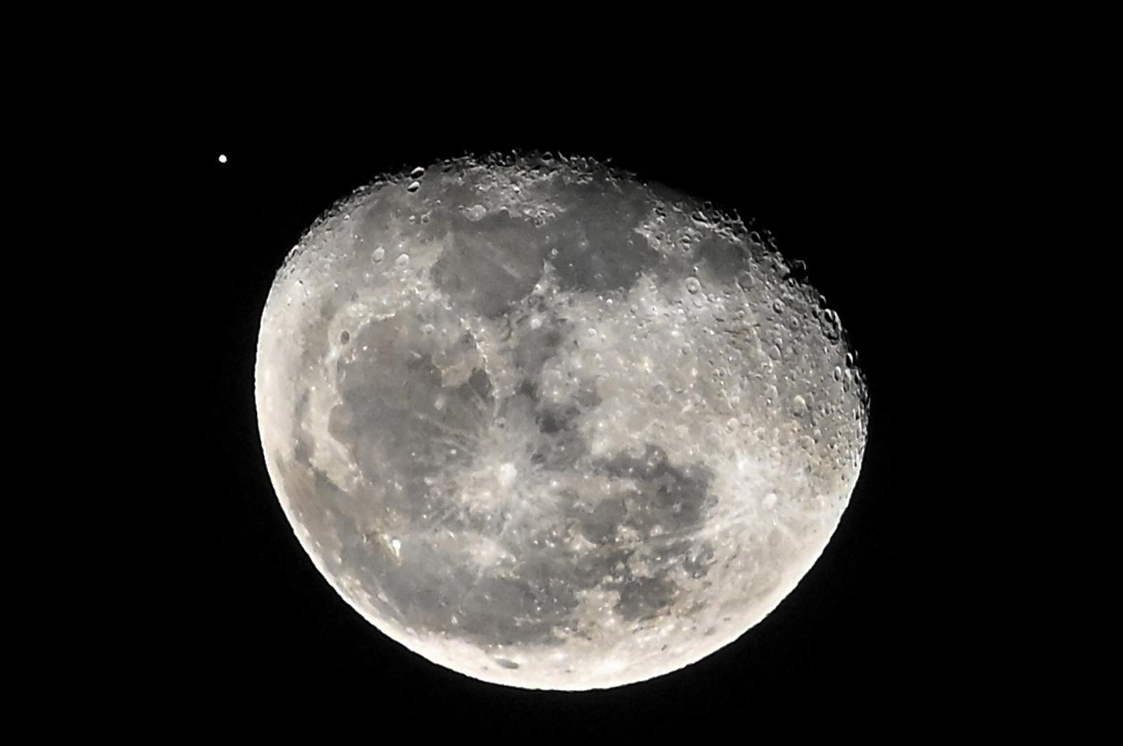 นาซาพบน้ำบนดวงจันทร์จำนวนมาก