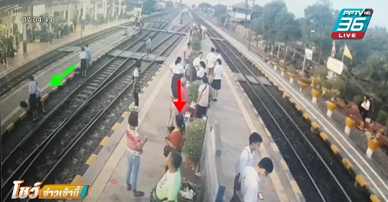 นักเรียนหญิง ถูกตบกลางสถานีรถไฟ เหตุไม่ยืนเคารพเพลงชาติ