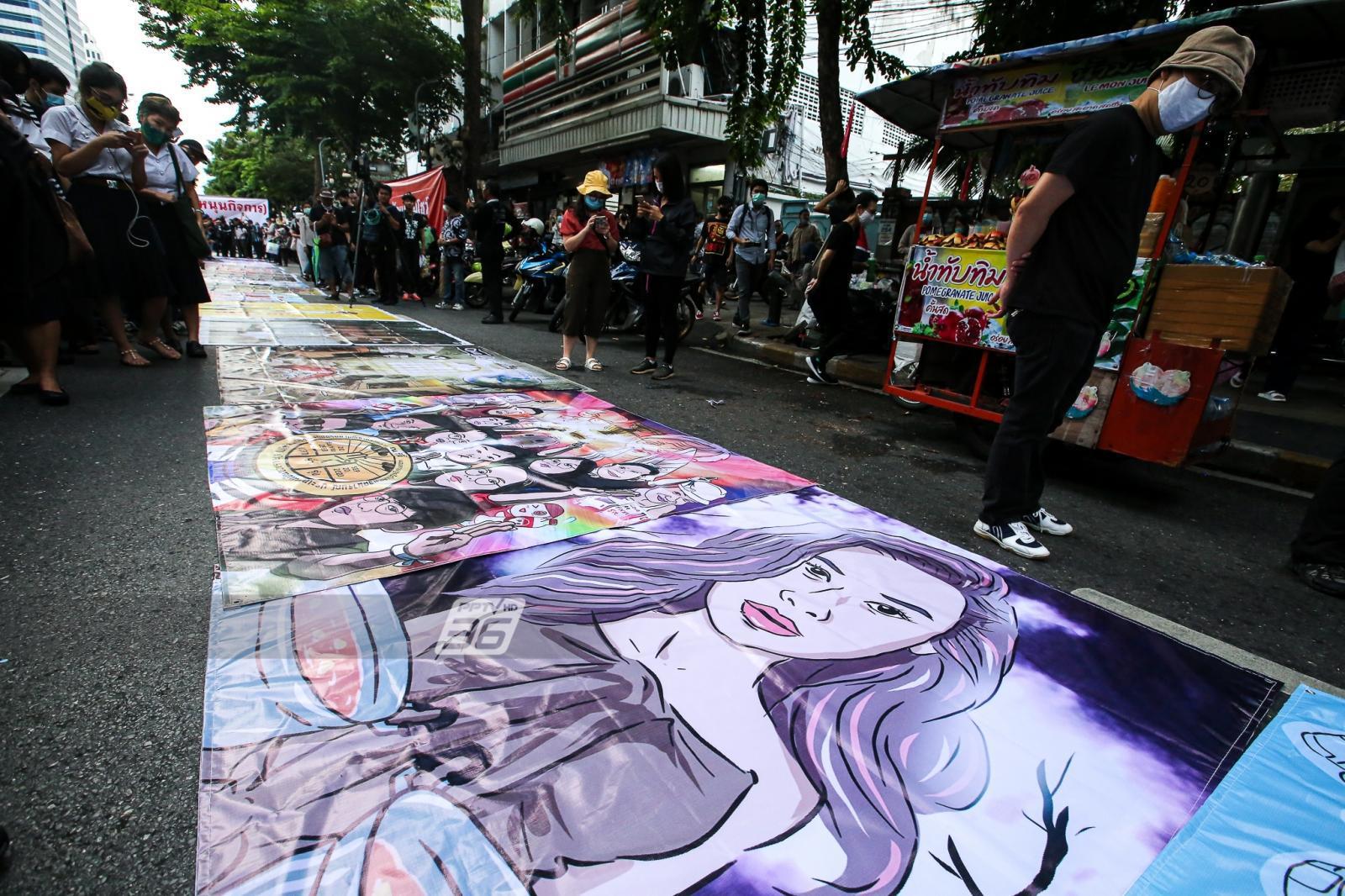 ม็อบคณะราษฎร ปิดถนนสีลม จัดแฟชั่นโชว์ แสดงศิลปะ สะท้อนข้อเรียกร้อง