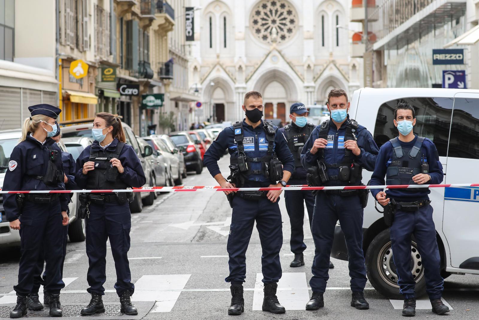 ฝรั่งเศสเฝ้าระวังสูงสุด หลังคนร้ายบุกแทงประชาชนเสียชีวิต