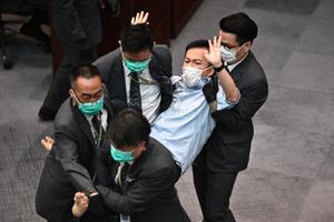 ฮ่องกงรวบ 7 ส.ส.หนุนประชาธิปไตย ขัดขวางประชุมสภา