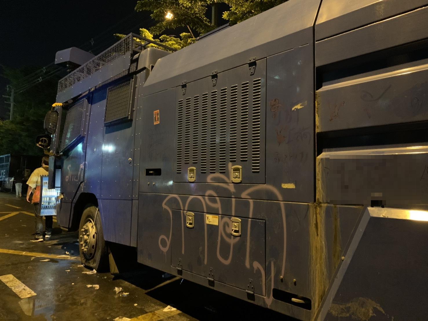 """""""ส.ส.รังสิมันต์"""" โพสต์ เจอไอซ์ อุปกรณ์เสพ ในรถตำรวจ หลังปะทะผู้ชุมนุม ด้านตร.แชร์ว่อนรถราชการยับเยิน"""