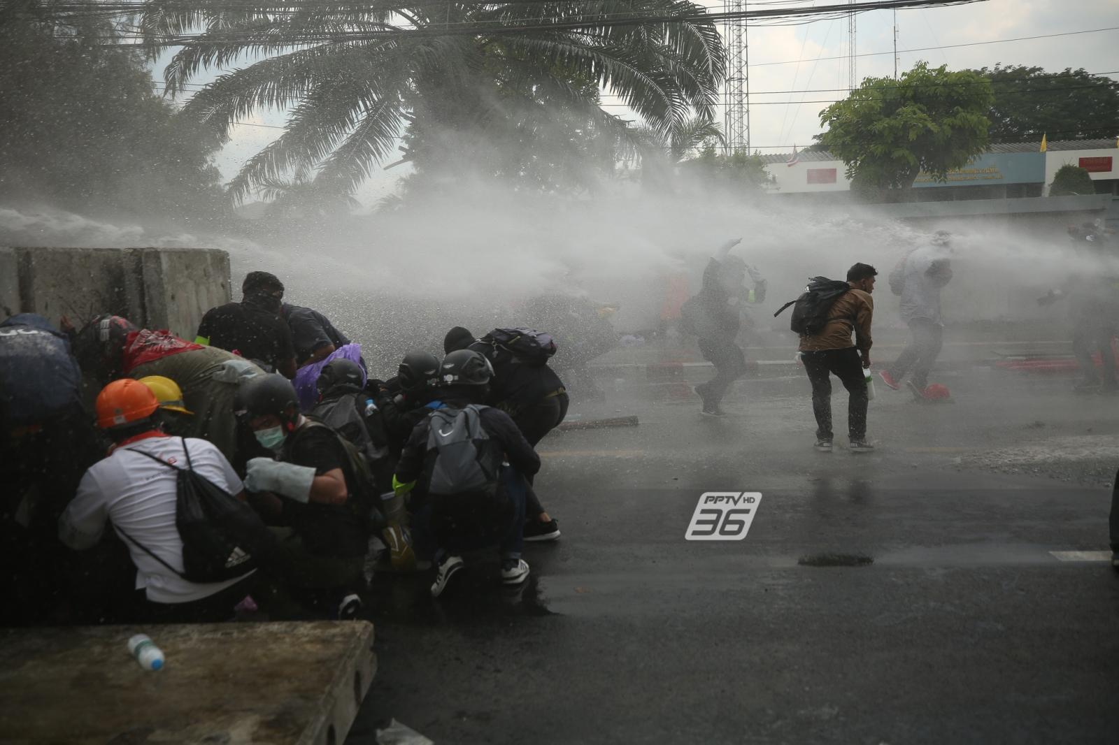 สามเสน เกียกกาย เดือด! ยิงแก๊สน้ำตาไม่หยุด ตำรวจป้องกันรัฐสภา 'ส.ส. - ส.ว.' ชิ่งหนีทางเรือ