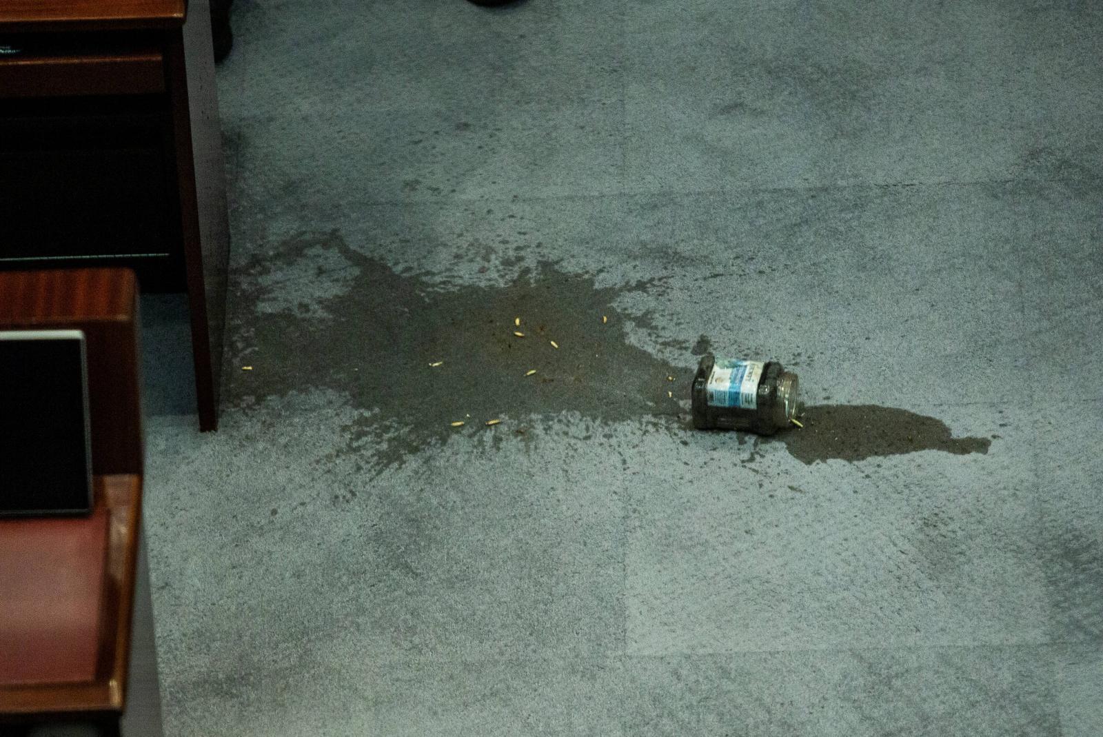 ตร.ฮ่องกงจับ 3 อดีตฝ่ายค้านปมขว้างของเหลวมีกลิ่นในสภา