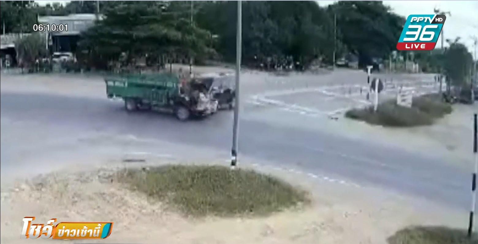 สี่แยกวัดใจ มิวเอ็กซ์พุ่งชนอีแต๋น คนขับกระเด็นตีลังกากลางอากาศ รอด