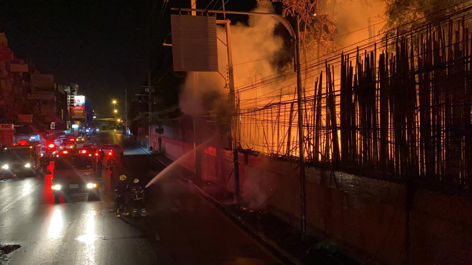 """ไฟไหม้สายไฟ ลามเข้าโกดังเก็บเศษไม้ """"เสถียรธรรมสถาน"""" คาดหม้อแปลงระเบิด"""