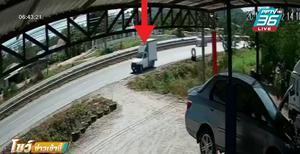 รถกระบะตู้ทึบชนท้ายรถ 6 ล้อ คนขับติดคารถ