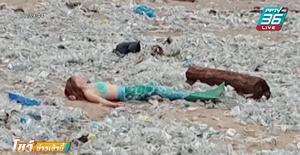 นางเงือกถ่ายรูปกลางกองขยะบนชายหาดบาหลี