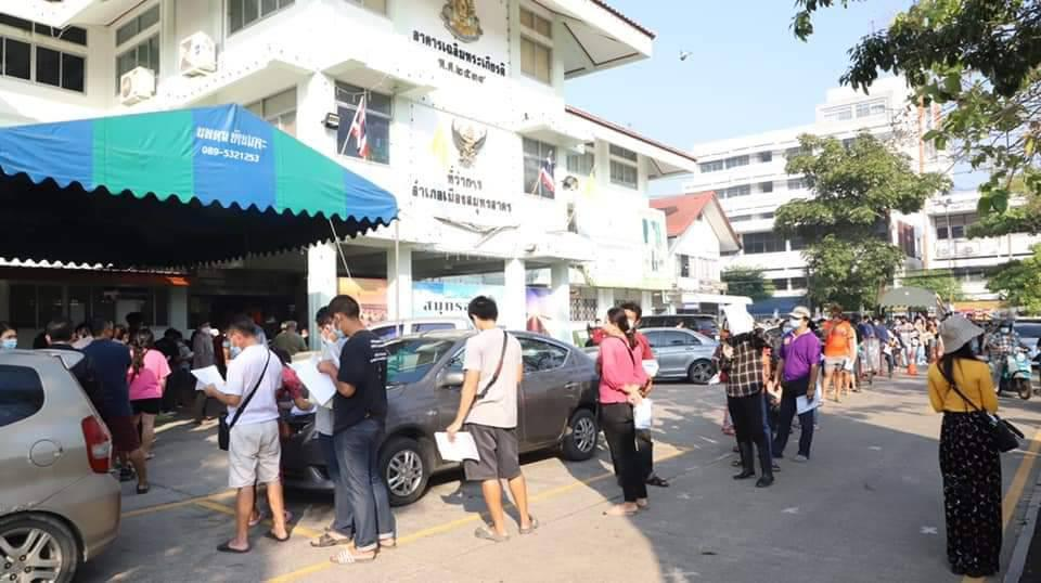 ชลบุรี-สมุทรสาคร ประชาชนรวมตัวกันแน่น แห่ขอเอกสารรับรองข้ามจังหวัด