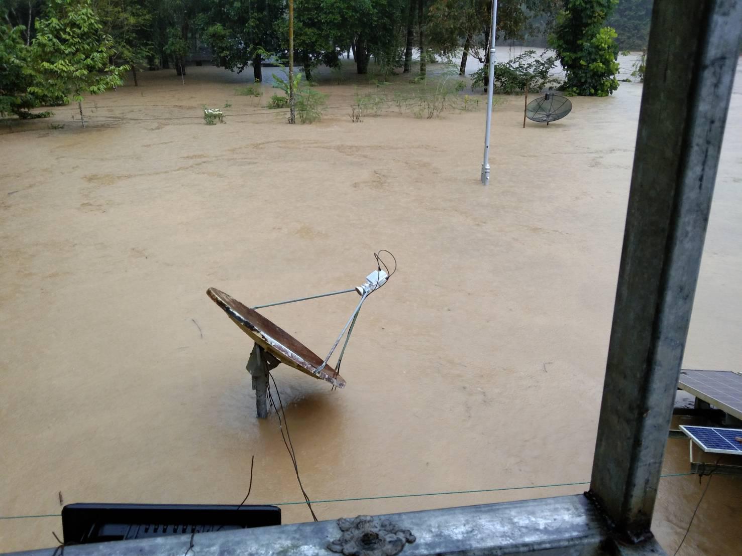 """นราธิวาส - ยะลา วิกฤต น้ำท่วมสูง """"ฮาลาบาลา"""" จม ตชด.เร่งช่วยประชาชน ชลประทาน ห่วงพื้นที่ลุ่มต่ำ"""