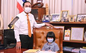 """""""ลุงตู่"""" เปิดทำเนียบฯ จัดวันเด็กแห่งชาติ 64 นิวนอร์มอล พานั่งเก้าอี้นายกฯ ตัวแทนเด็กถกประเด็นร้อน"""