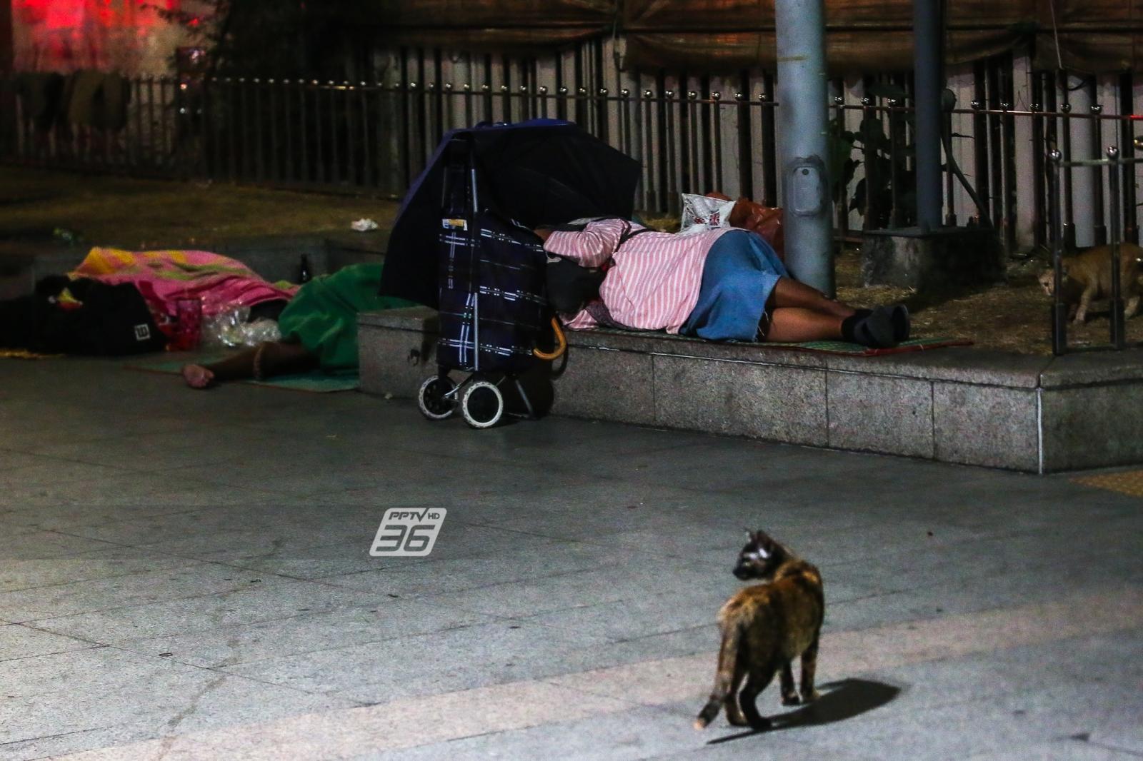 หายหนาวแล้ว! ช่วยคนไร้บ้านหัวลำโพง หลังต้องนอนเผชิญความหนาวเย็น ไร้ผ้าห่ม ต้องซุกกายกับเสื้อ