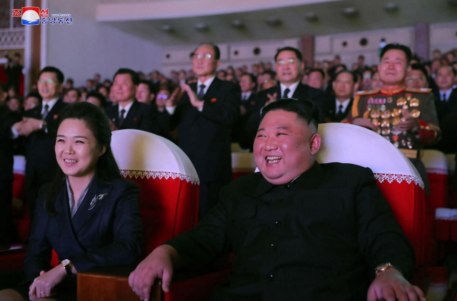"""""""สตรีหมายเลข 1 """"เกาหลีเหนือปรากฏตัว  และการเปลี่ยนมาเรียก """"ประธานาธิบดี คิม จอง อึน"""""""