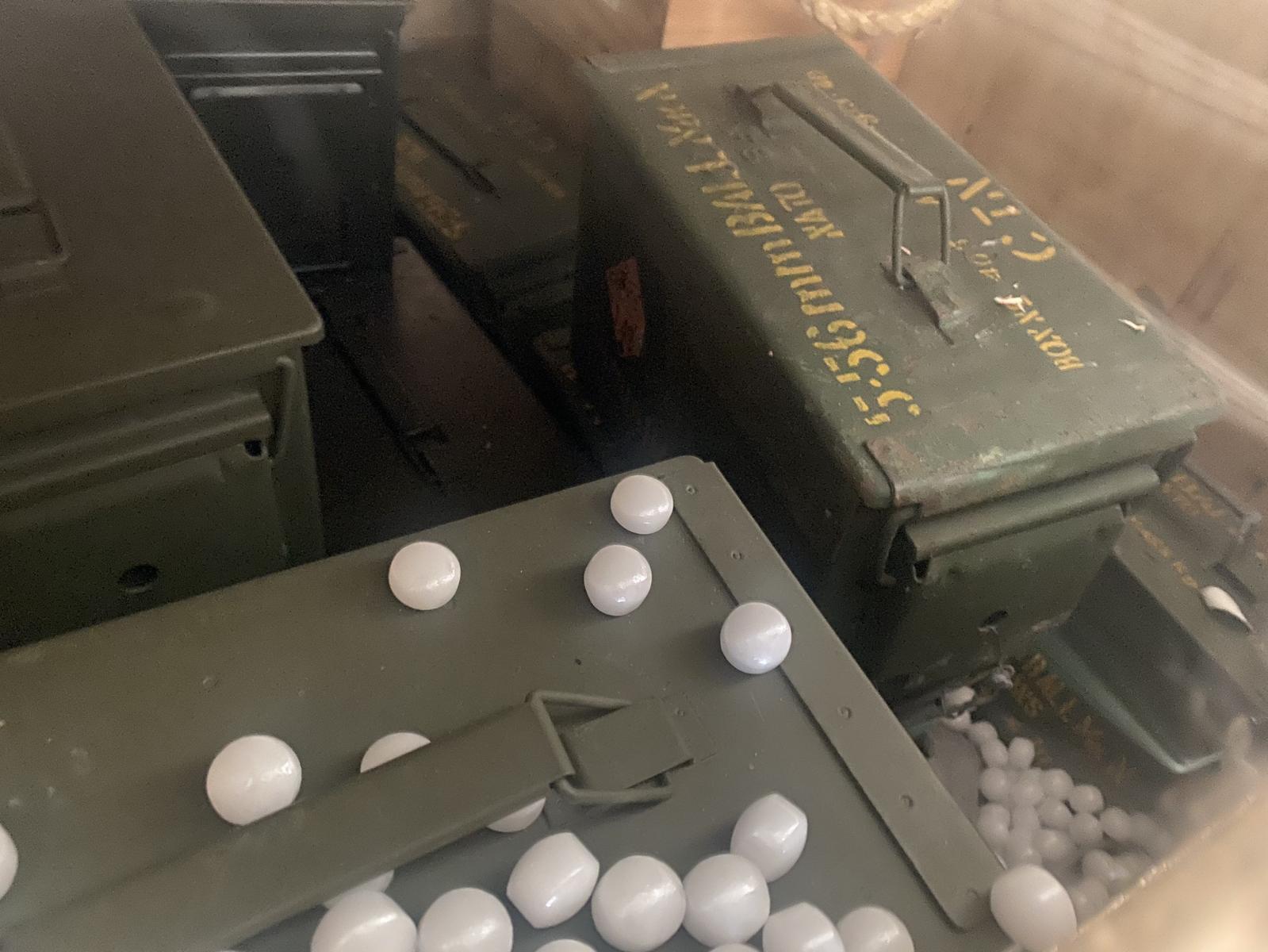 บุกจับชาวจีน ลักลอบขายอาวุธสงครามผ่านออนไลน์ ยึดปืน ระเบิด กระสุน 1.2 หมื่นนัด