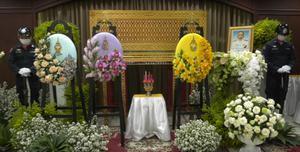 """""""ในหลวง พระราชินี"""" พระราชทานพวงมาลา น้ำหลวงอาบศพ ร.ต.อ.วิวัฒน์ เสริฐสนิท"""