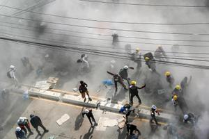 ม็อบเมียนมา ปะทะแก๊สน้ำตา-ระเบิดมือ ประท้วงรัฐบาลทหาร
